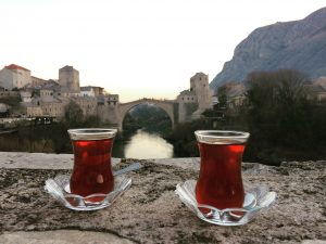 Mostar köprüsünde çay keyfi