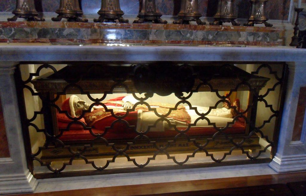 Bütün Papalar öldüğünde Vatikandaki San Pietro kilisenin altına gömülür.