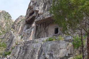 Kayalara oyularak yapılmış mezarlar