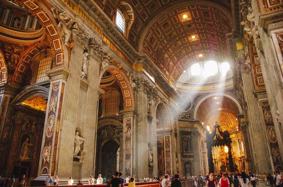 vatikan san piedro bazelikasının içi muhteşemdir.
