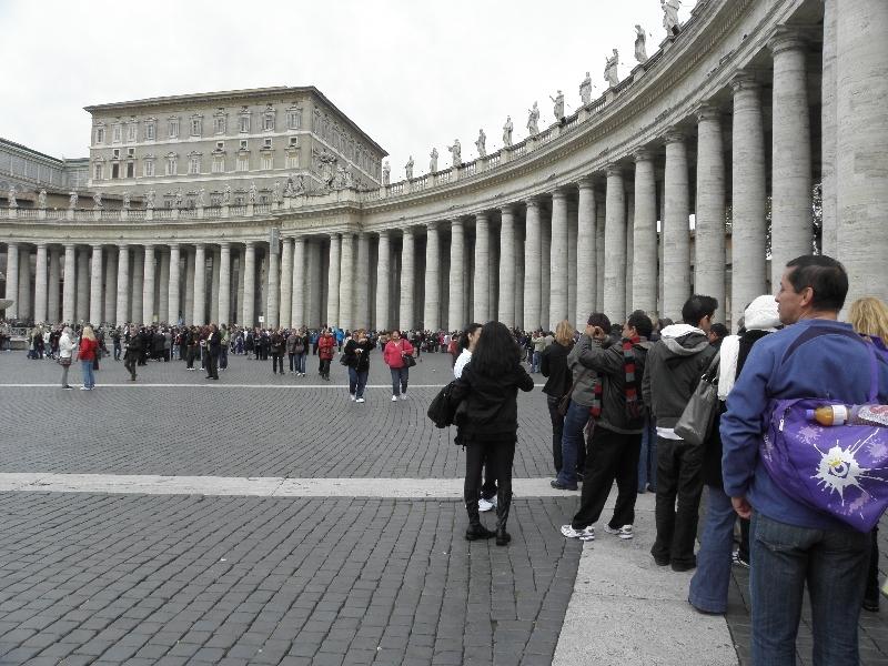 Vatikan da her zaman kuyruk görmek mümkündür. Çünkü dünyanın her yerinden insanlar buraya gelir.