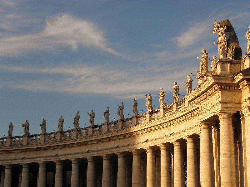 Vatikan ı çevreleyen sütunlar ve heykeller
