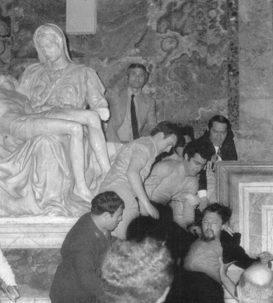 Michelangelo heykeline saldırı sonucu Meryem in kolu kırılmış